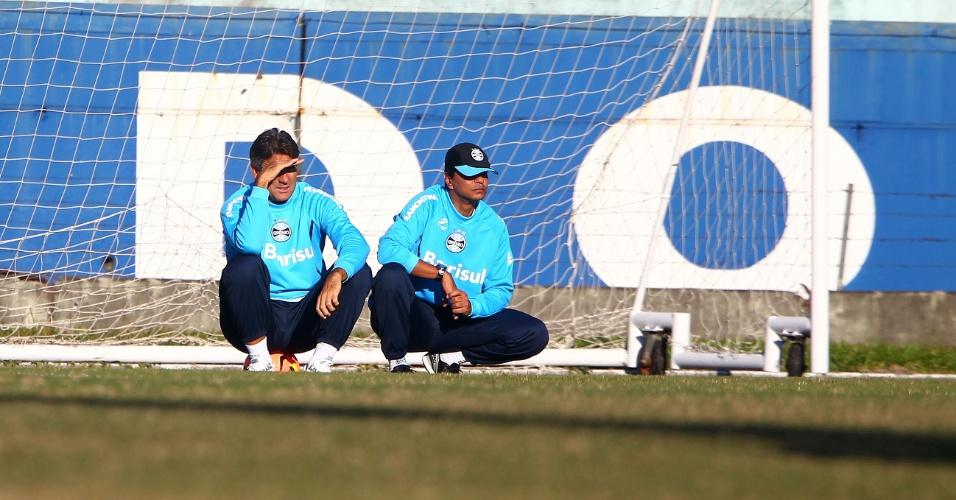 Renato Gaúcho (e) e Alexandre Mendes (d) observam treinamento do Grêmio (03/07/2013)