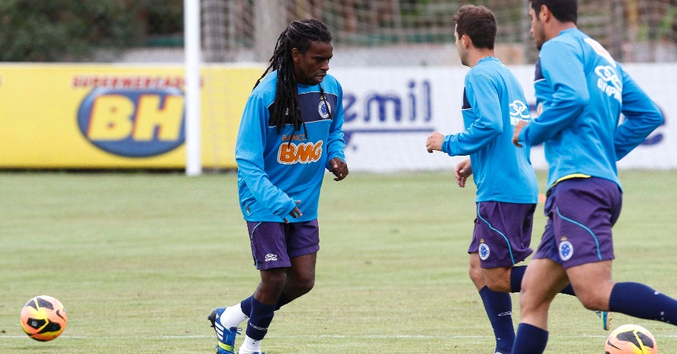 Volante Tinga durante treino do Cruzeiro na Toca da Raposa II (3/7/2013)