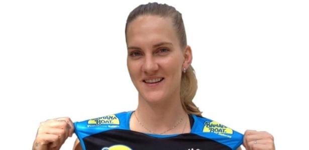 04.jul.2013 - Ponteira Mari veste a camisa do Praia Clube, sua nova equipe
