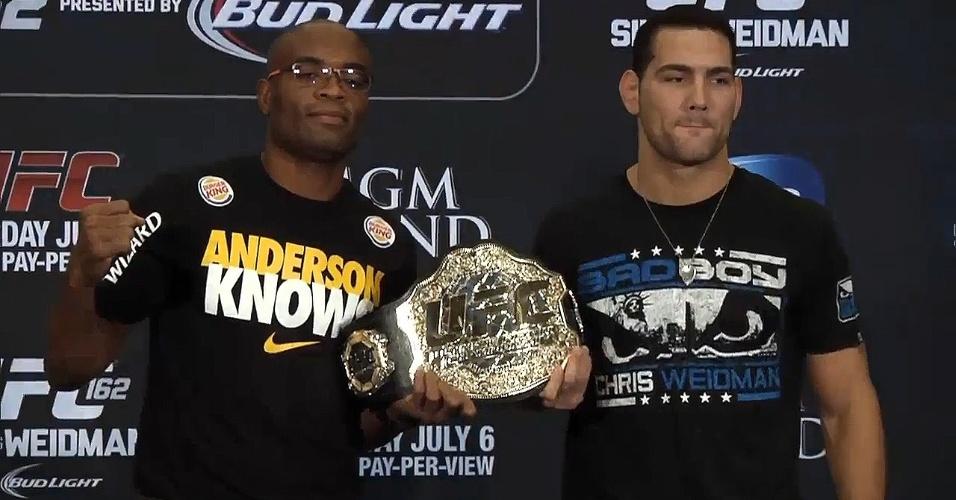 Anderson Silva exibe seu cinturão dos médios do UFC ao lado do rival Chris Weidman