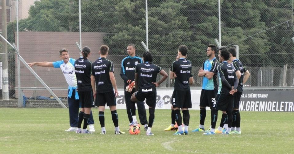 Técnico Renato Gaúcho orienta jogadores do Grêmio durante treino no gramado suplementar do Olímpico (04/07/2013)