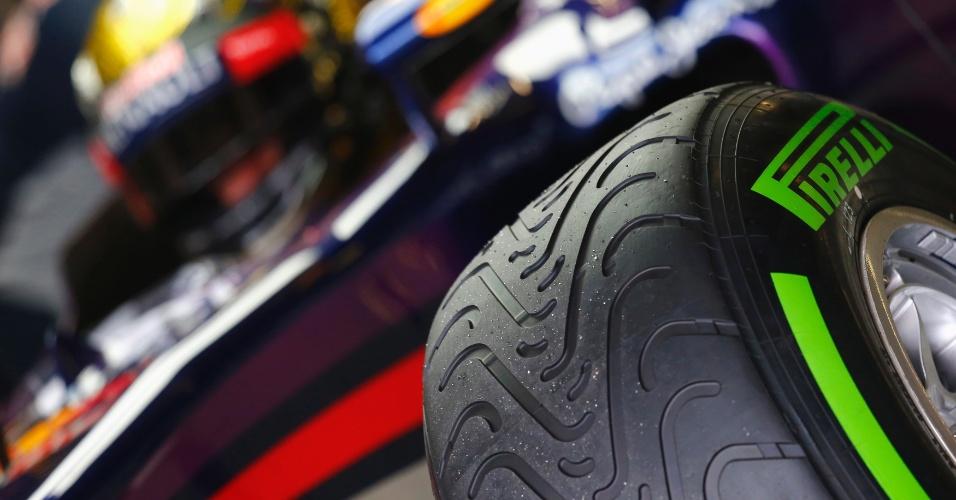 05.jul.2013 - Detalhe dos pneus do carro de Sebastian Vettel no primeiro treino livre para o GP da Alemanha