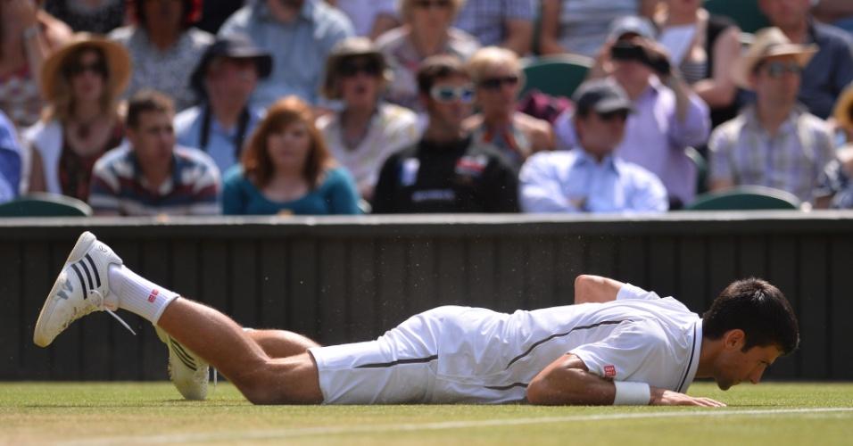 05.jul.2013 - Novak Djokovic cai na quadra de Wimbledon em jogada durante a semifinal contra Juan Martin del Potro