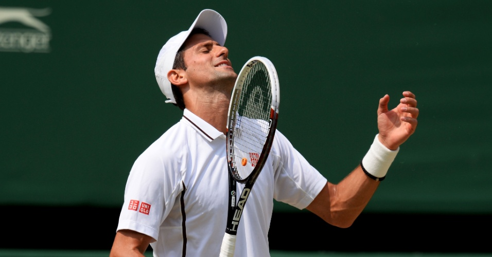05.jul.2013 - Novak Djokovic lamenta erro cometido durante a semifinal de Wimbledon contra Juan Martin del Potro