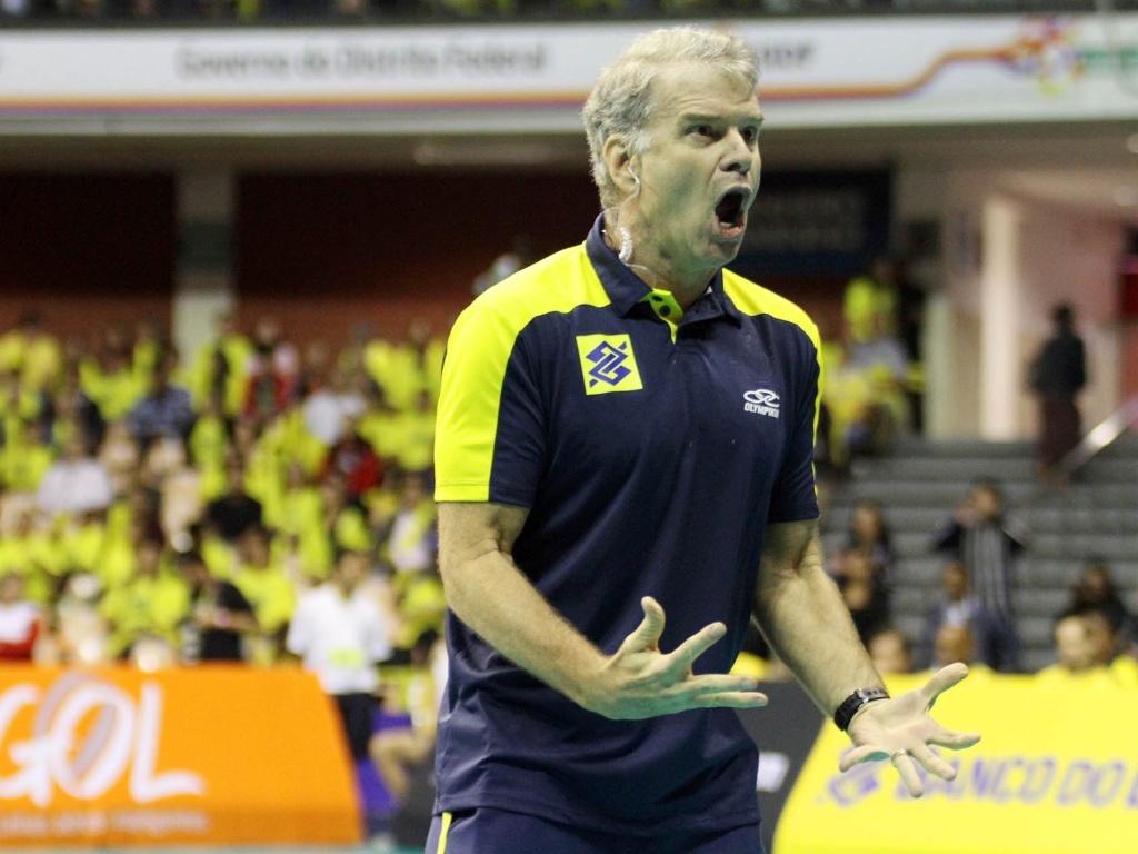 Não poderia faltar imagens do técnico Bernardinho raivoso, desta vez com um ponto perdido pelo Brasil