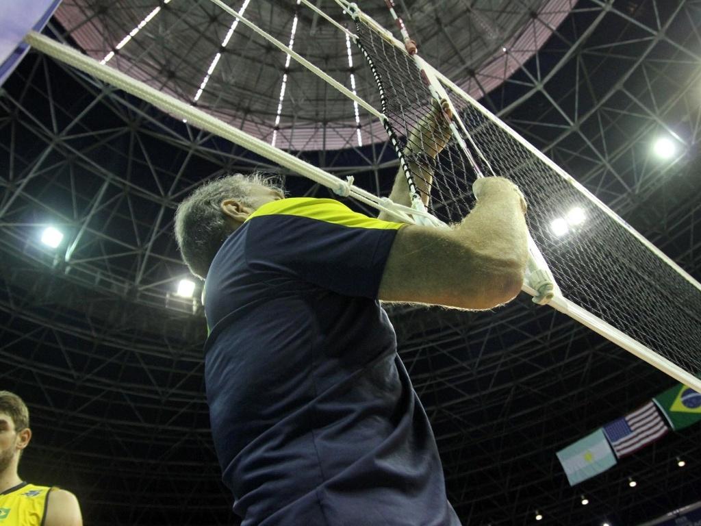 O treinador brasileiro, Bernardinho, deu até uma força no grupo de apoio ao verificar se estava tudo bem com a rede