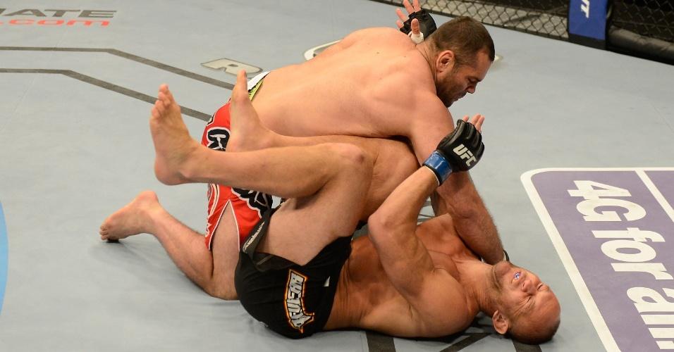 06.jul.2013 - Gabriel Napão acerta soco em Dave Herman; brasileiro nocauteou o rival em 17 segundos no UFC 162