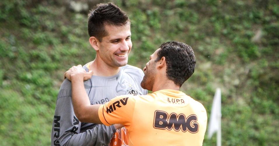 Goleiro Victor conversa com volante Pierre durante treino do Atlético-MG (29/6/2013)
