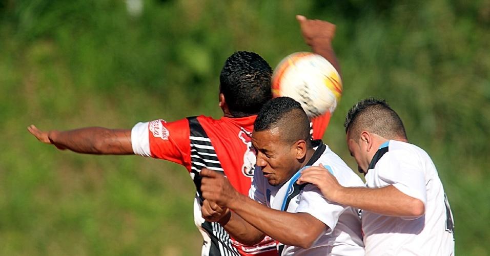 São Jorge (de vermelho) e Steel se enfrentaram neste sábado pela Copa Kaiser
