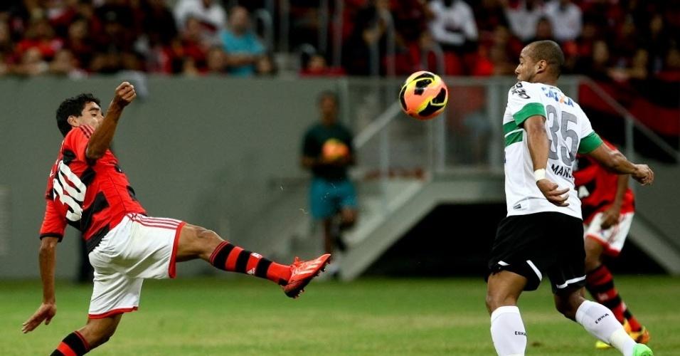 Val (esq.), do Flamengo, disputa bola com Sérgio Manoel, do Coritiba, durante partida do Campeonato Brasileiro