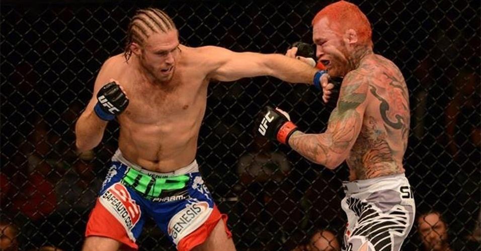 06.jul.2013 - Andrew Craig acerta soco em Chris Leben durante vitória por decisão dividida no UFC 162