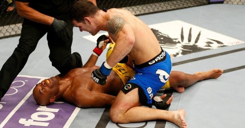 06.jul.2013 - Anderson Silva fica desacordado no chão após ser nocauteado por Chris Weidman