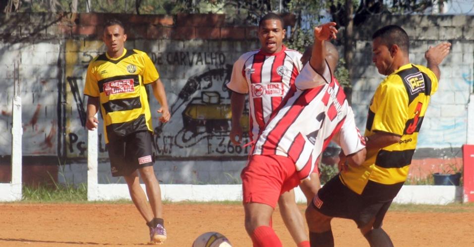 07.jul.2013 - Jaçanã (de vermelho) e Líder Madeiras empataram sem gols neste domingo pela Copa Kaiser