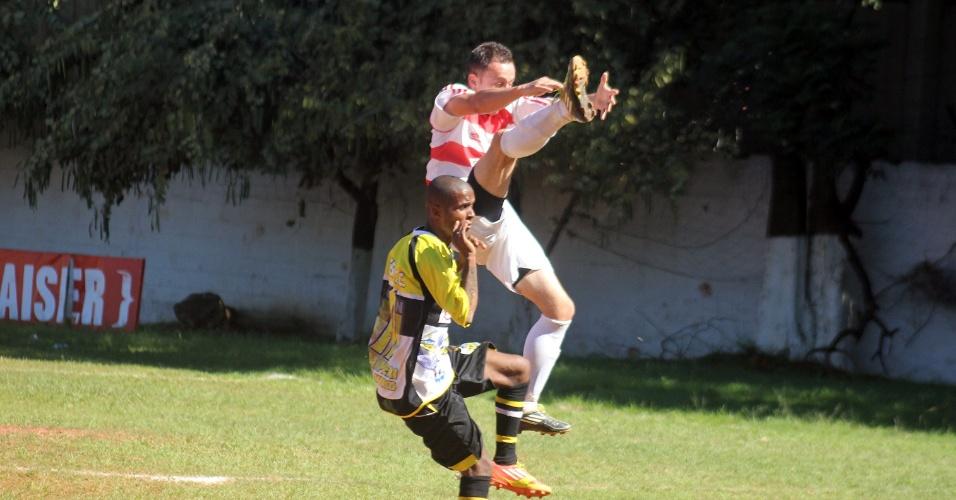 07.jul.2013 - Jardim Peri (de amarelo) venceu o Serrano por 2 a 0 pela Copa Kaiser neste domingo