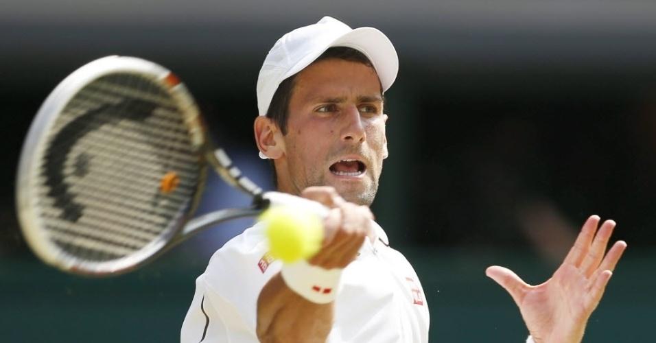 Djokovic faz careta ao rebater bola contra o britânico Andy Murray
