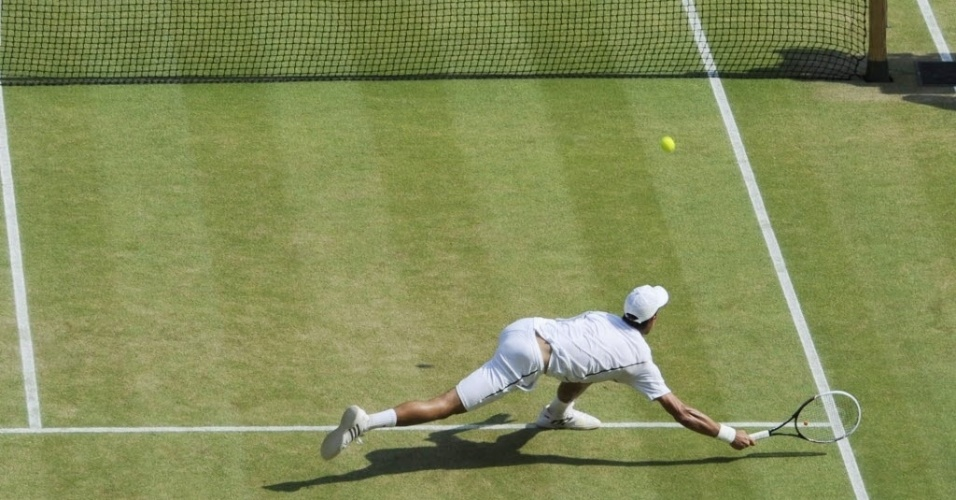 Djokovic mostra raça e se joga para tentar conquistar ponto contra Murray em Wimbledon