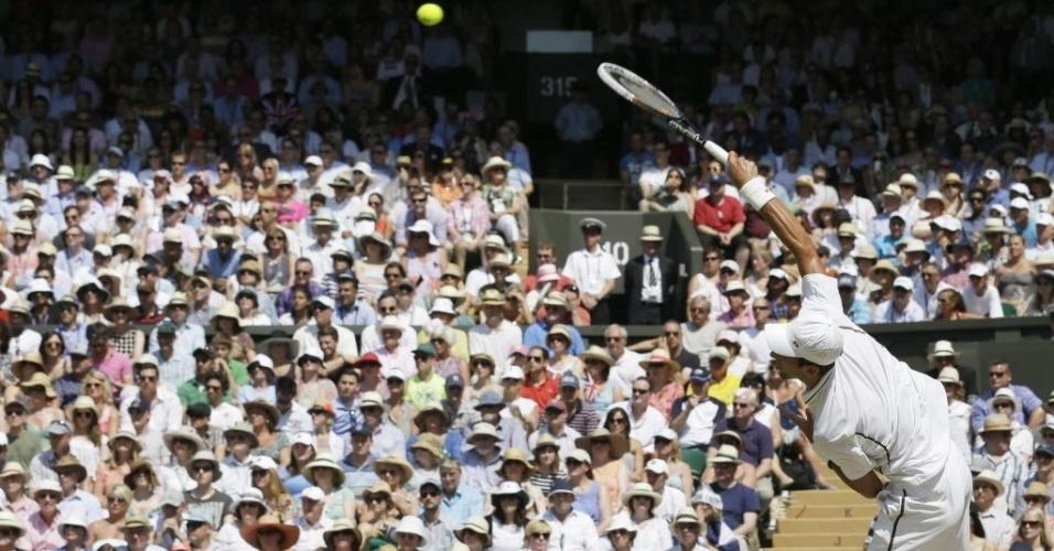 Djokovic saca observado pela plateia presente em Wimbledom