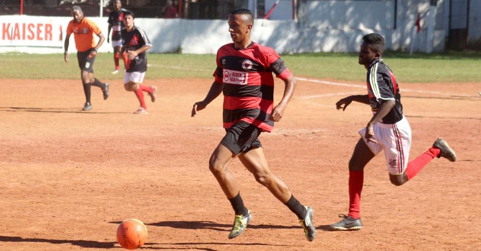 Flamengo (vermelho) venceu a Mocidade Cabuçu por 2 a 0 neste domingo pela Copa Kaiser