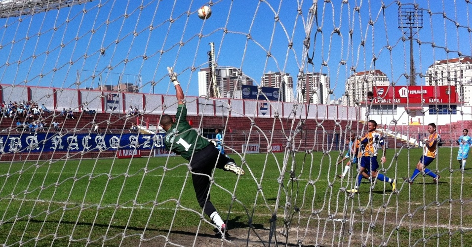Goleiro do Meninos Unidos do Laranjeiras se estica durante a derrota para o Napoli, da Vila Industrial, por 3 a 1