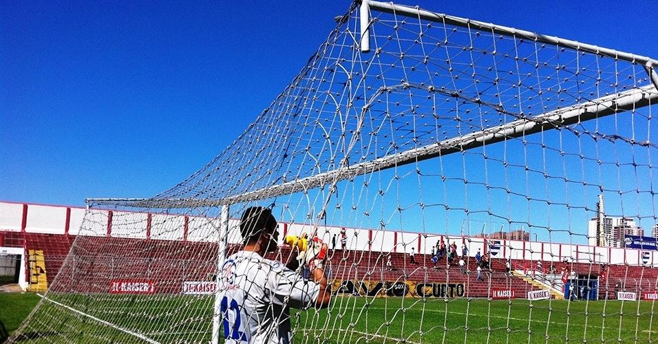 Goleiro do Verona bebe água: apesar do inverno, jogo no início da tarde teve calor forte