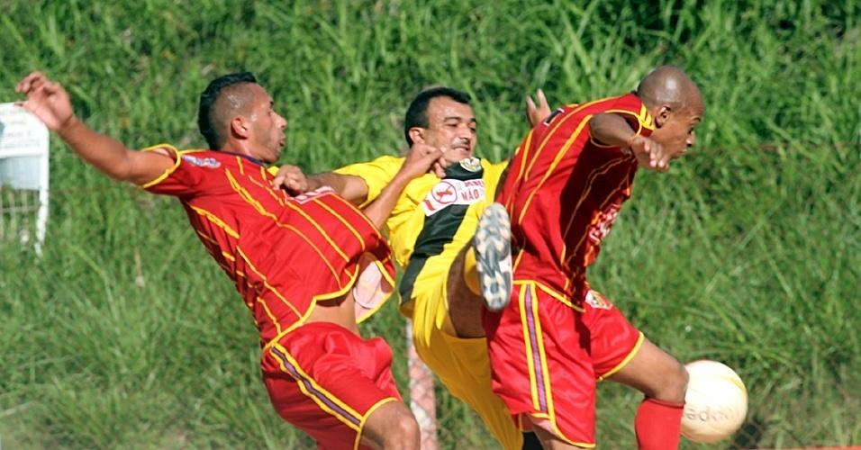 Madrid (de vermelho) enfrentou o Unidos do Pacarana neste domingo pela Copa Kaiser