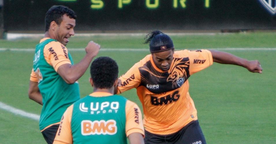 9 jul 2013 - Ronaldinho Gaúcho treina forte nesta quarta-feira na Cidade do Galo, em Vespasiano