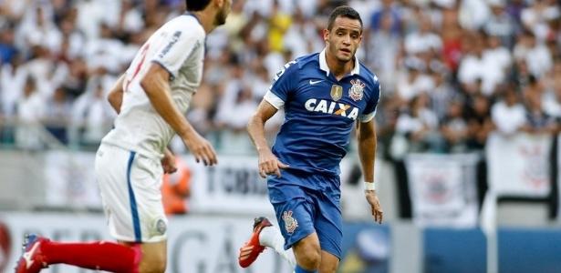 Renato Augusto, meia do Corinthians, tenta marcar um adversário no confronto com o Bahia, no Campeonato Brasileiro