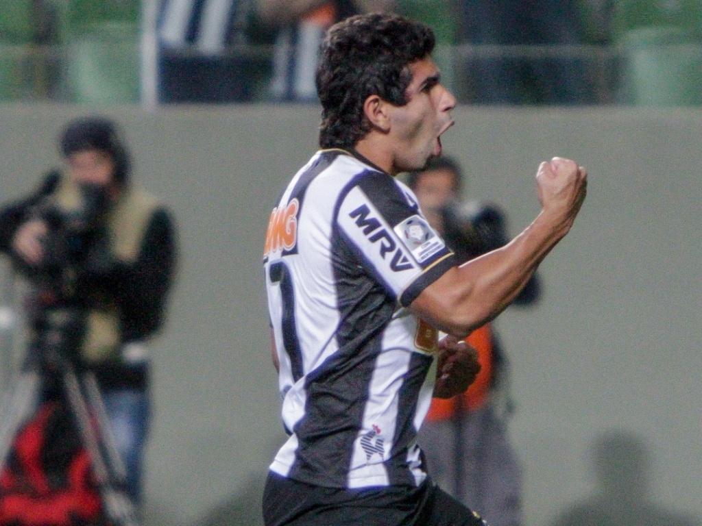 11 jul 2013 - Atacante Guilherme, do Atlético-MG, vibra ao converter pênalti na decisão contra o Newell's Old Boys