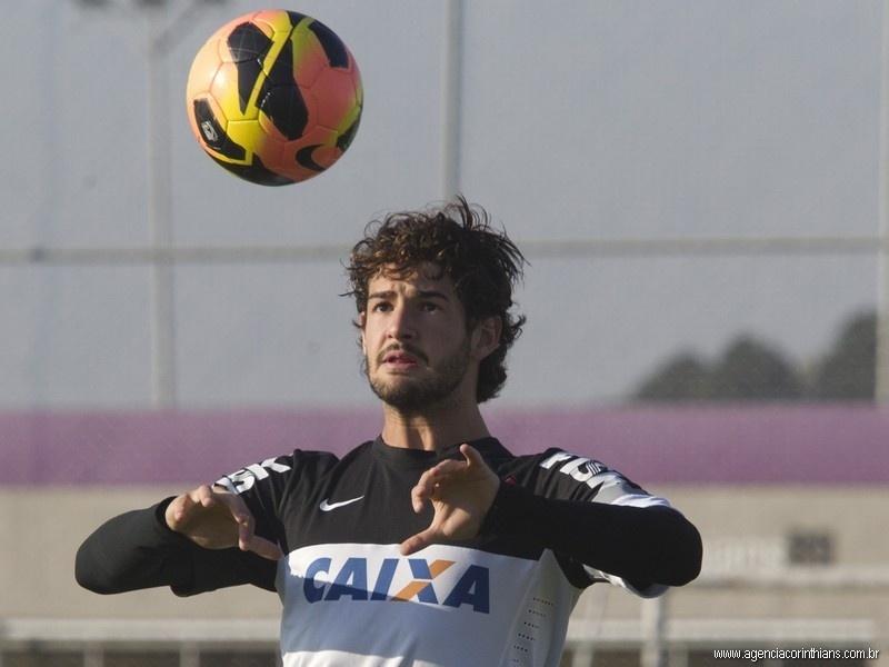 11.07.2013 - Alexandre Pato, atacante do Corinthians, tenta dominar a bola em treino do clube no CT Joaquim Grava