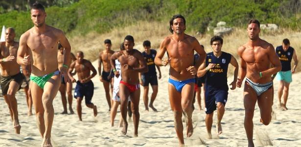 De Sunga Na Praia Jogadores Do Parma Eibem Boa Forma Pr