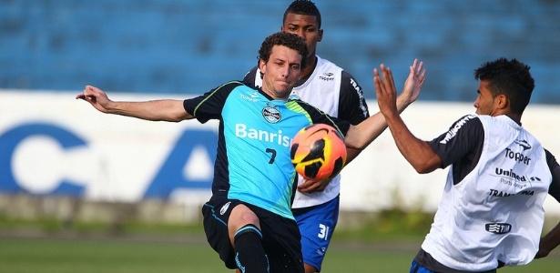 Elano participa de treinamento coletivo do Grêmio nesta quinta-feira (11/07/2013)