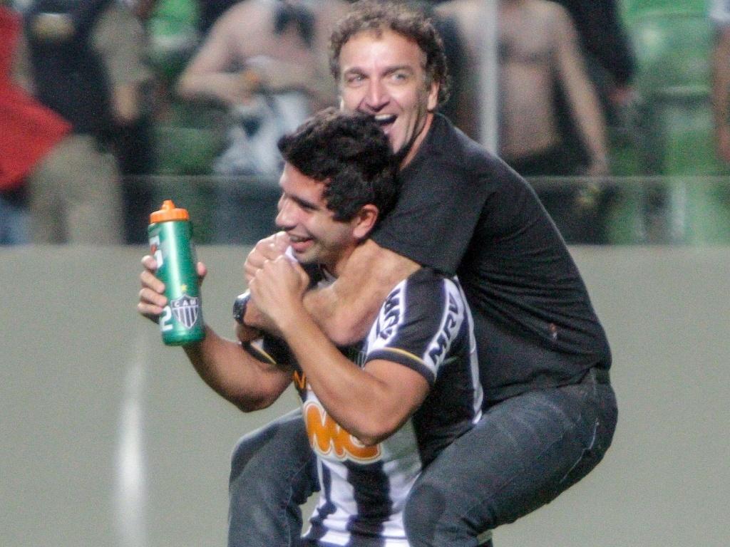 Técnico Cuca comemora com Guilherme classificação do Atlético-MG na Libertadores (10/7/2013)
