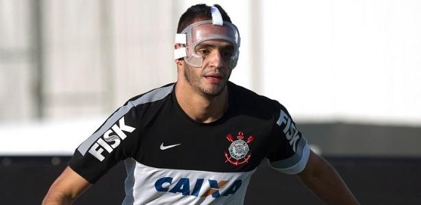 Meia Renato Augusto treina com máscara de proteção após fratura no rosto