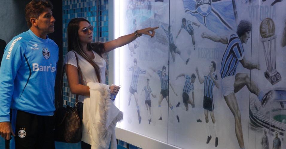 Renato Gaúcho e Carolina Portaluppi observam o mural na entrada do gramado da Arena do Grêmio onde aparece um desenho do ídolo gremista da década de 80 (12/07/2013)