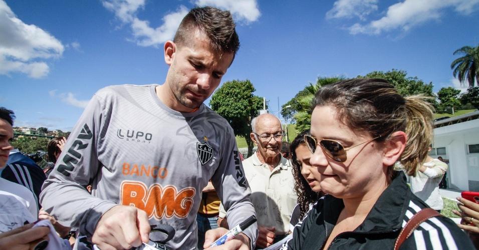 13 jul 2013 - Goleiro Victor distribuiu autógrafos a torcedores integrantes do projeto Galo na Veia
