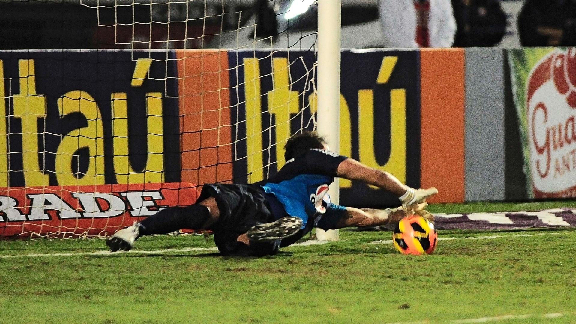 13.julho.2013 - Goleiro Marcelo Lomba, do Bahia, defende pênalti em jogo com a Ponte Preta
