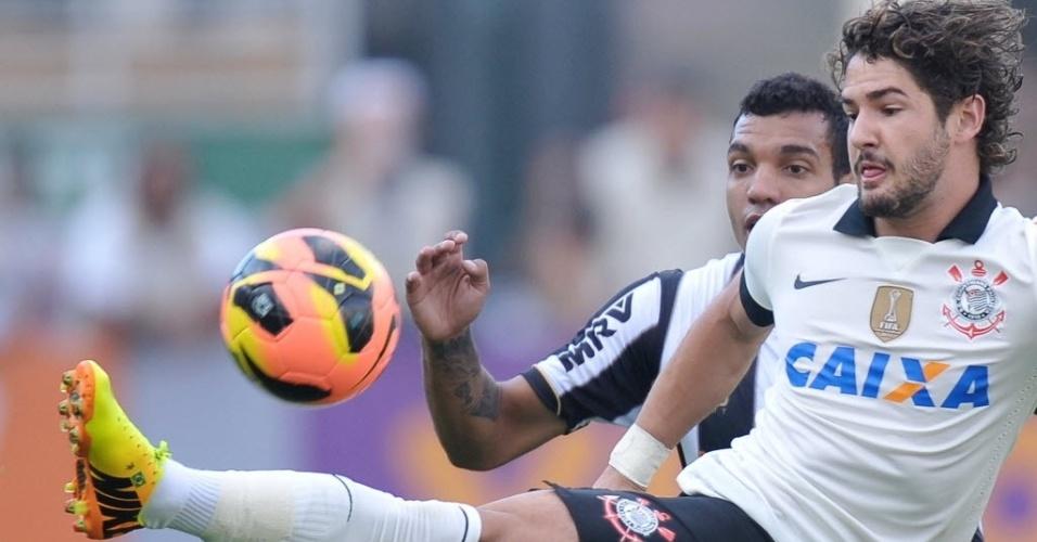 14.jul.2013 - Alexandre Pato disputa a bola com defensor do Atlético-MG durante partida no Pacaembu, pelo Brasileirão
