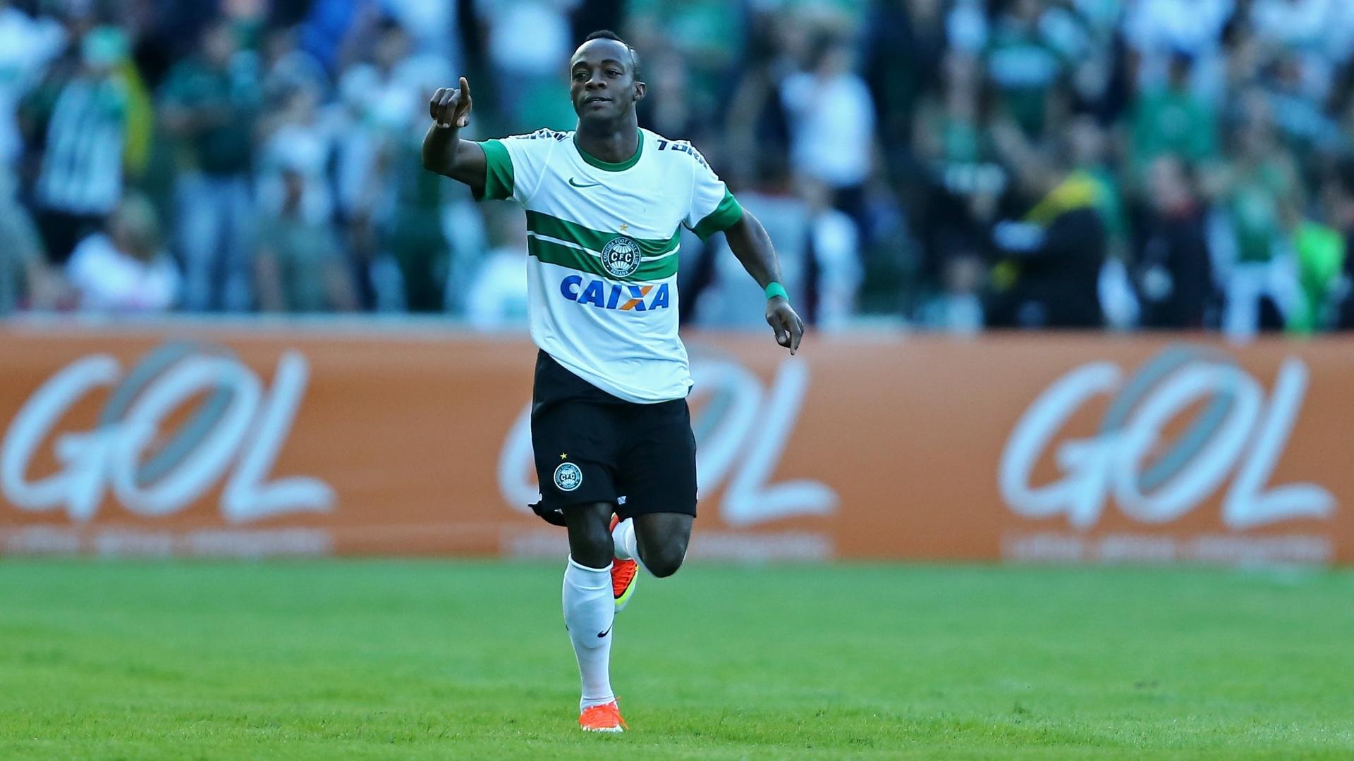 14.jul.2013 - Geraldo, do Coritiba, comemora o gol da equipe no clássico paranaense contra o Atlético-PR