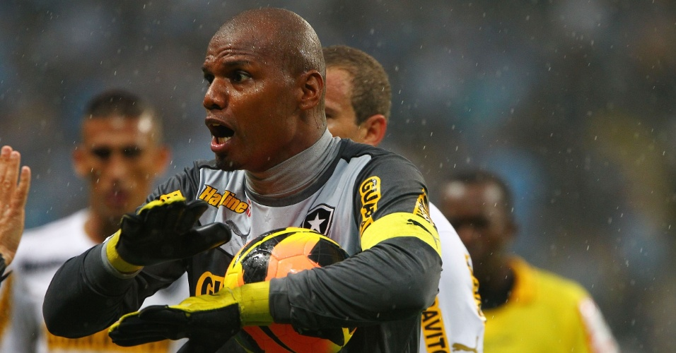 14.jul.2013 - Jefferson, goleiro do Botafogo, reclama com a arbitragem após gol duvidoso do Grêmio, em Porto Alegre