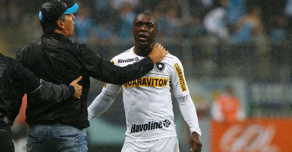 14.jul.2013 - Seedorf é cumprimentado pelo técnico Renato Gaúcho, do Grêmio, durante partida em Porto Alegre