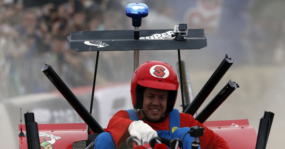 Atual líder do campeonato de Fórmula 1, Sebastian Vettel participou de uma corrida de carrinho de rolemã neste domingo