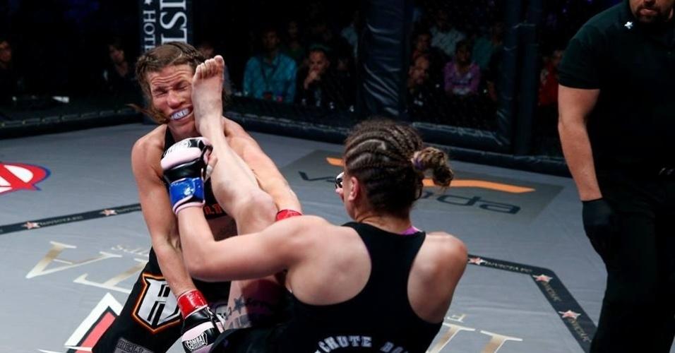 Jennifer Maia, do Brasil, acerta chute no rosto de Leslie Smith, mas acaba derrotada por pontos no Invicta FC 6