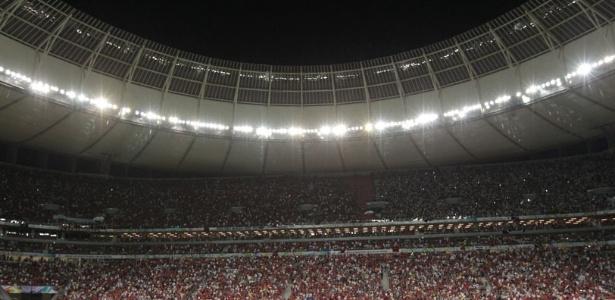 http://imguol.com/c/esporte/2013/07/15/14jul2013-estadio-mane-garrincha-em-brasilia-esteve-lotado-para-o-classico-entre-flamengo-e-vasco-1373859896170_615x300.jpg