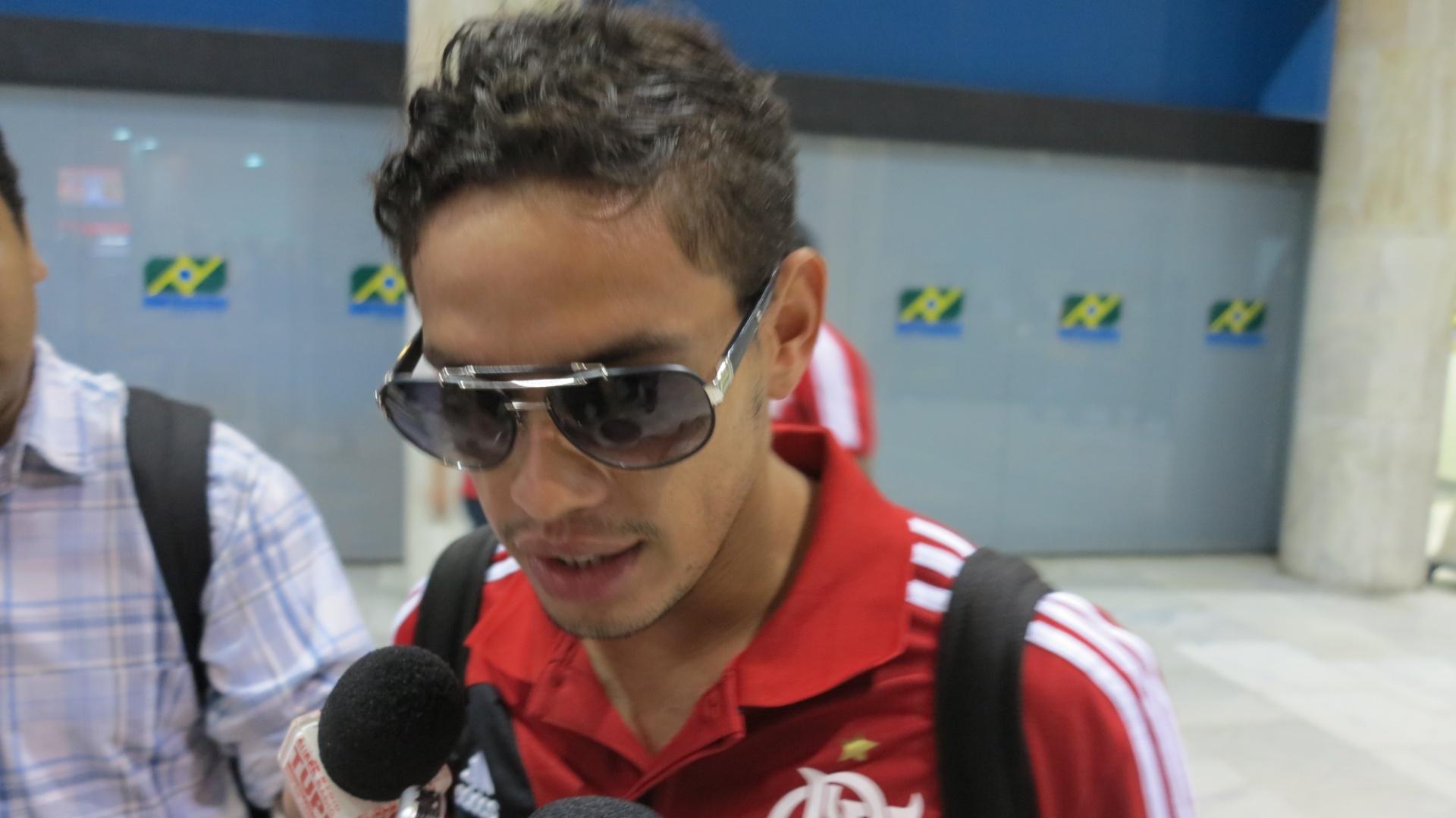 Carlos Eduardo dá entrevista durante desembarque da delegação do Flamengo no Rio de Janeiro