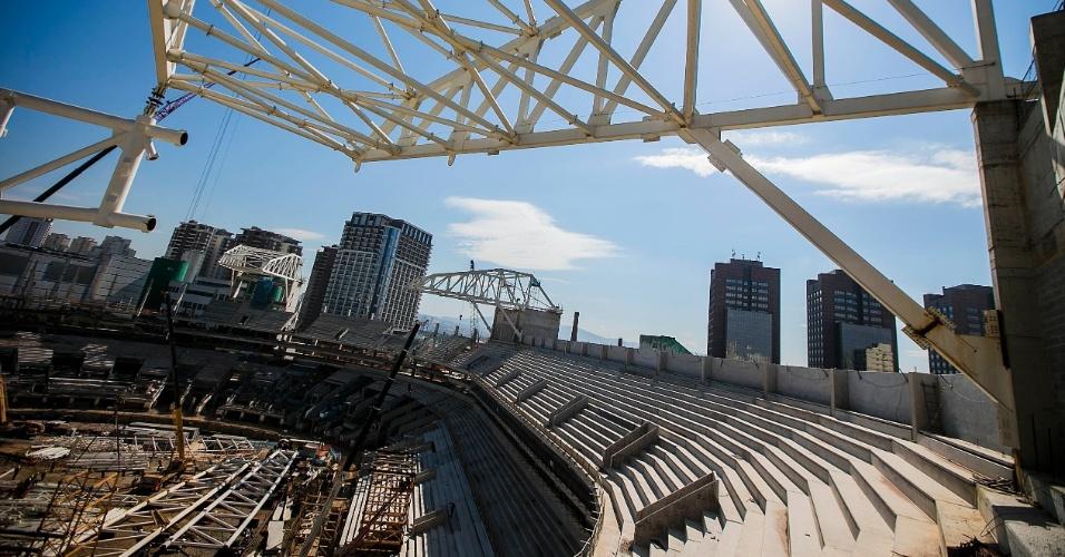 http://imguol.com/c/esporte/2013/07/17/17072013---cobertura-da-arena-ja-esta-parcialmente-instalada-no-local-1374079221826_956x500.jpg