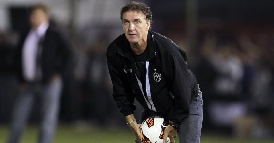17.07.2013 - Cuca, técnico do Atlético-MG, devolve bola a campo durante a partida contra o Olímpia, no Paraguai