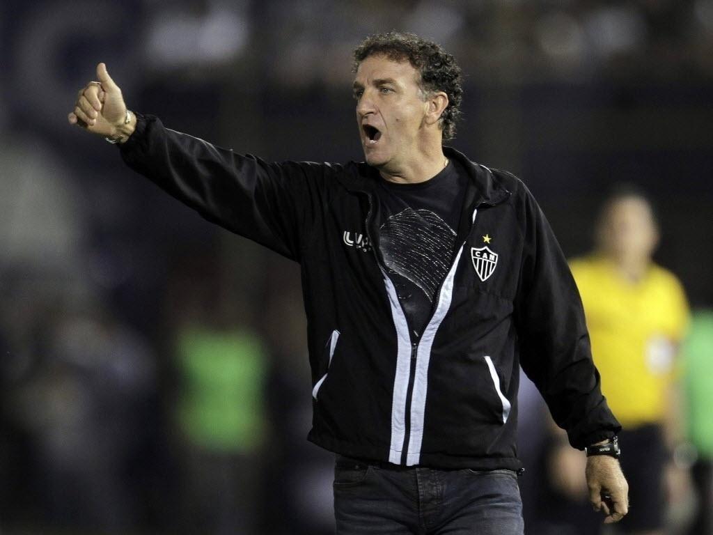17.07.2013 - Cuca, técnico do Atlético-MG, gesticula com os jogadores da equipe mineira durante a final da Libertadores