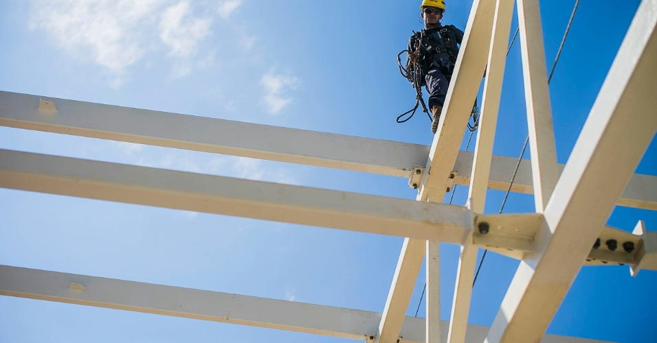 http://imguol.com/c/esporte/2013/07/17/17072013---funcionario-trabalha-em-cima-da-cobertura-do-allianz-parque-1374079131123_956x500.jpg