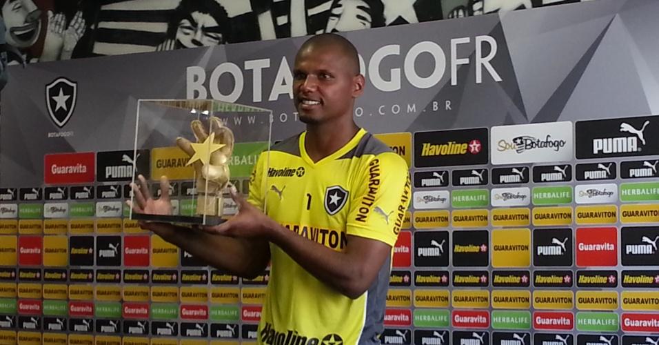 Jefferson exibe a luva dourada que recebeu como homenagem pelos 300 jogos pelo Botafogo