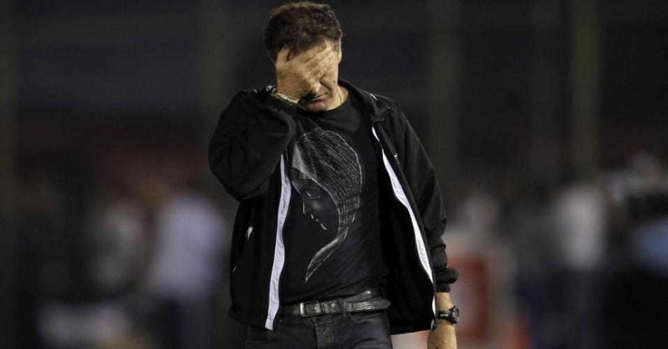 17.07.2013 - Cuca, técnico do Atlético-MG, se lamenta após a expulsão de Richarlyson contra o Olímpia na final da Libertadores, em Assunção